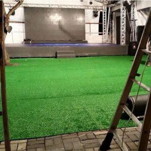 Ambiente com grama sintética verde (10mm)