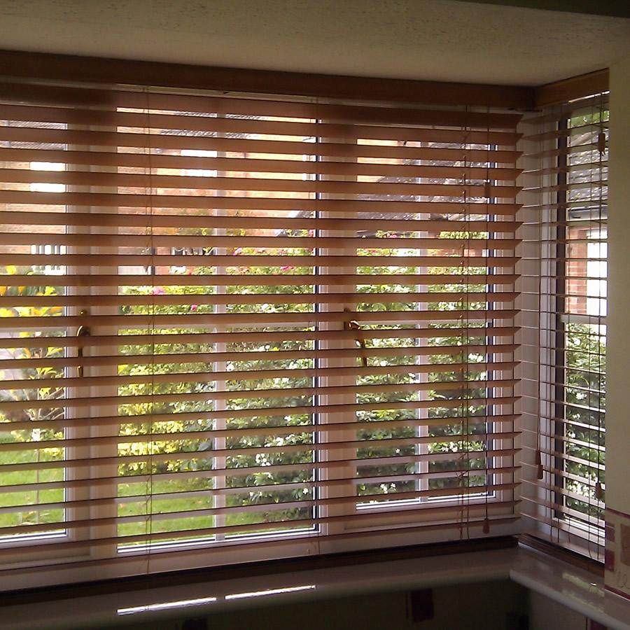 Cortina rol de madeira a terra decora es cortina sob for Ganchos para cortinas de madera